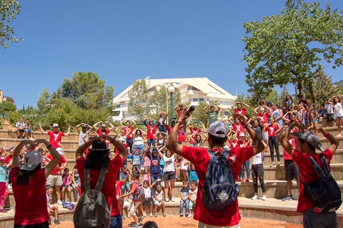 LapLapset osallistuvat paikallisen YMCA-vapaaehtoisten ohjaamaan toimintaan LIbanonissa.